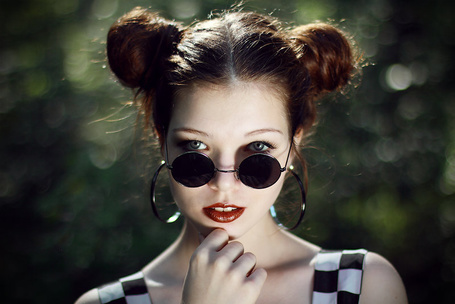 Фото Девушка с большими круглыми серьгами в черных круглых очках (© Anfila), добавлено: 31.07.2013 02:03