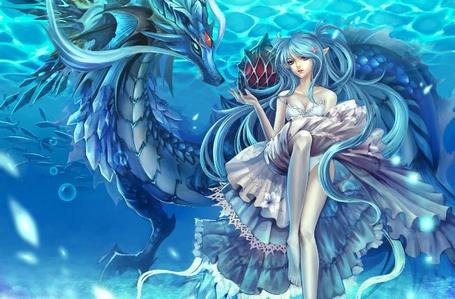 Фото Голубоволосая девушка с драконом под водой в красивом платье с морской звездой на волосах