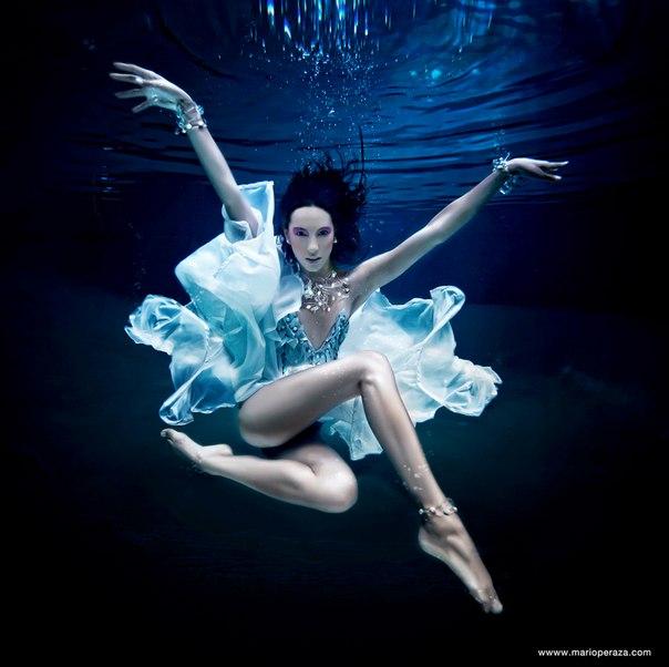 Фото Девушка под водой в платье и в украшениях, фотограф ...: http://photo.99px.ru/photos/118395/