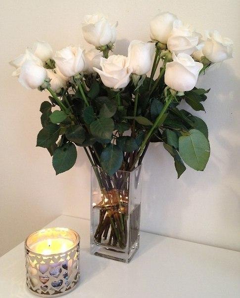 Фото букет белых роз в прозрачной вазе