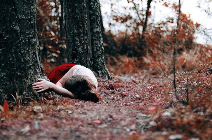 Осенняя фотосессия голой девушки в лесу