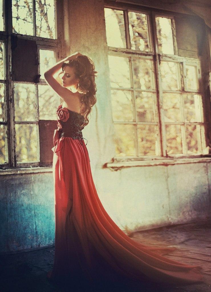 символизирует позы для фотосессии в длинном платье стоя бутылок тюмени