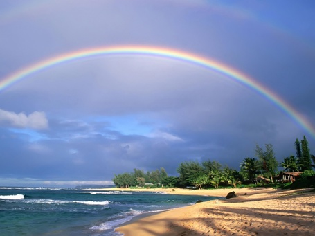 Фото Над морским берегом виднеется радуга