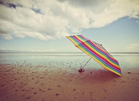 Фото Радужный зонтик на берегу моря