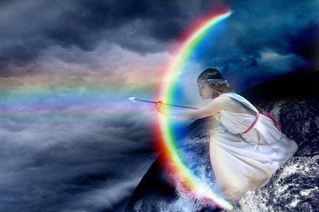 Фото Девушка собирается стрелять из радужного лука