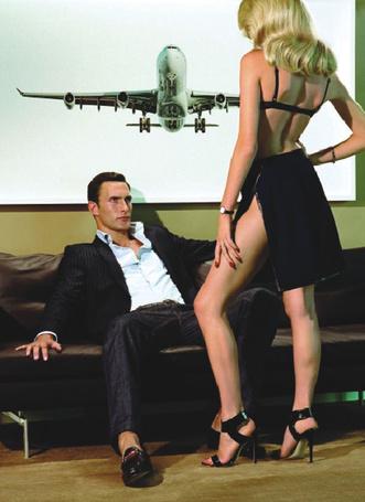 Фото Гламурная девушка стоит перед сидящим мужчиной