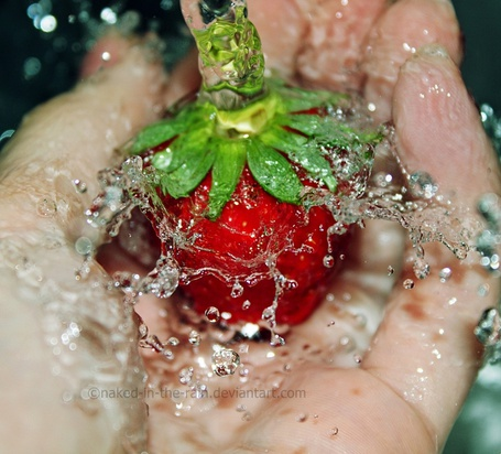 Фото Клубника в воде лежит на руке, работа от naked-in-the-rain (© zmeiy), добавлено: 12.08.2013 10:06