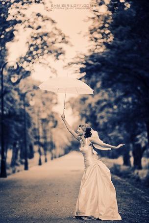 Фото Девушка невеста с белым зонтом на дороге, фотограф Денис Шмигирилов