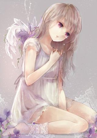 Фото Девушка с ангельскими крыльями склонила голову вниз, по щекам бегут слезы