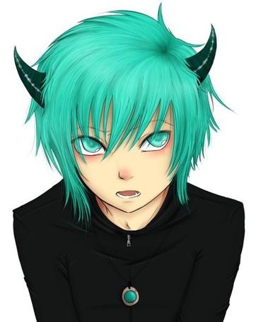 Фото Красивый парень с рожками демона, смотрит умиляющими глазками вверх