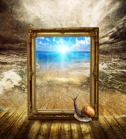 Фото Улитка подползла к картине на которой изображено море с голубым небом и ослепительным солнцем; картина стоит на деревянном полу, уходящим в бушующее море под сильным проливным дождем, фотография Nataliorion