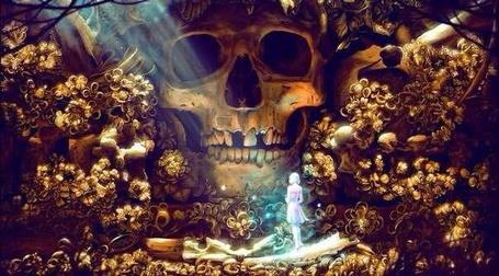 Фото Светящаяся девушка стоит у огромного золотого черепа
