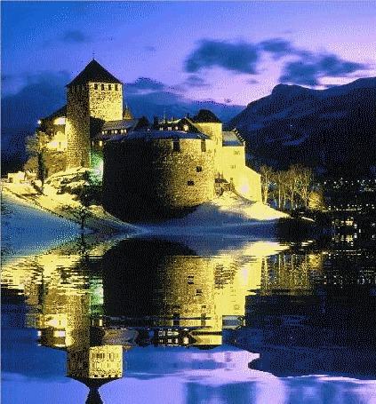 Фото Замок, отражающийся в воде на фоне вечернего неба