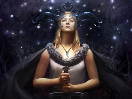 Фото Девушка воитель с прозрачными рогами на голове держит в руках меч