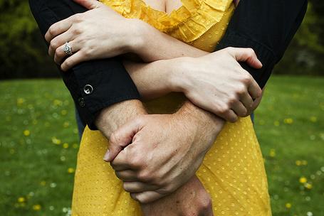 Фото Мужские и женские руки крепко держат друг друга