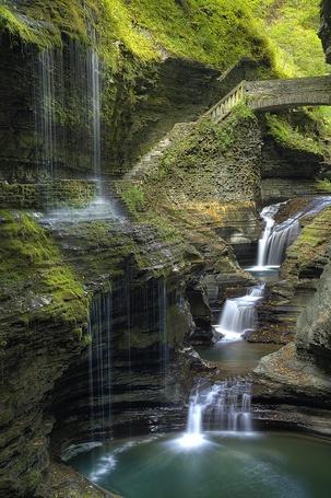 Фото Высокий горный водопад с небольшим мостом (© Banditka), добавлено: 24.08.2013 00:23