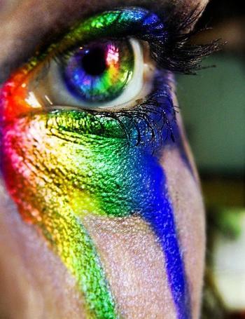Фото Радужный глаз девушка с потекшим макияжем