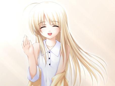 Фото Девочка машет рукой
