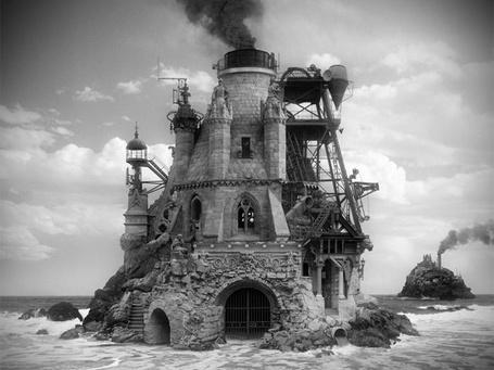 Фото Старинный замок на берегу моря, из трубы идет густой черный дым