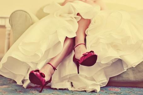 Фото Девушка в пышном кремовом платье и малиновых туфельках, фотограф Leigh Taylor / Ли Тейлор (© Шепот_дождя), добавлено: 16.10.2011 19:09