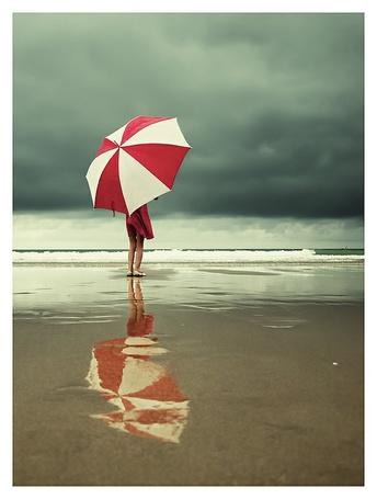 Фото Девушка и ее отражение на воде закрылась красно-белым зонтом на пляже (© ), добавлено: 10.02.2013 12:33