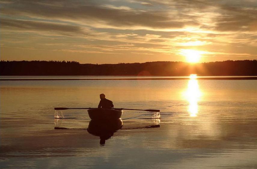 рыбаки плывут а на берегу