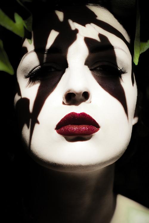 Картинка девушка в красными губами