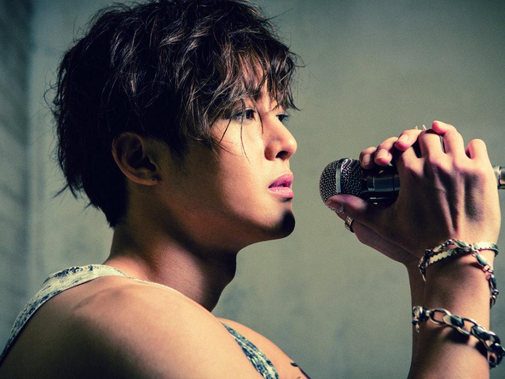 Фото Южнокорейский актер, певец и модель Kim Hyun Joong / Ким Хен Чжун с микрофоном в руках