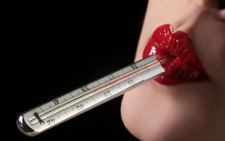 Фото Девушка держит губами градусник