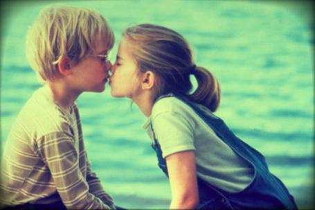 Фото Девочка целует мальчика в очках