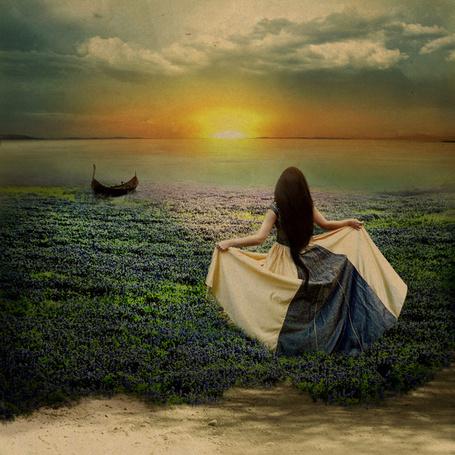 Фото Девушка бежит по цветочному полю к берегу, где стоит лодка