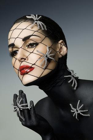 Фото Девушка в оригинальных украшениях в виде пауков