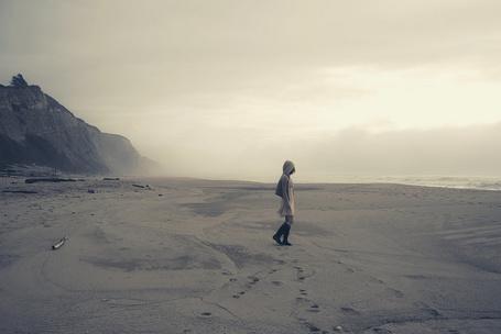 Фото Одинокая девушка на песчаном берегу