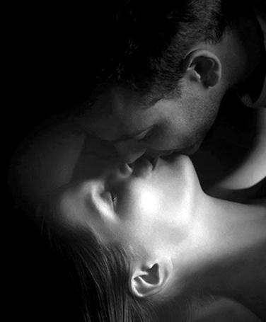 Фото Мужчина целует женщину с закрытыми глазами в губы