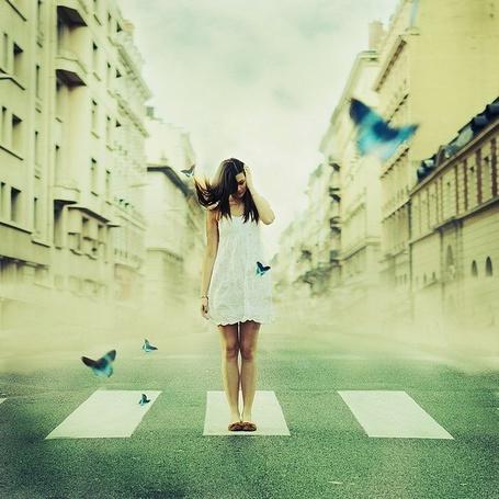 Фото Девушка стоит на дороге в окружении летающих бабочек, фотограф Julie DeWaroquier