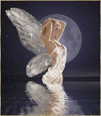 Фото Девушка-ангел с белыми крыльями стоит в воде на фоне полной луны