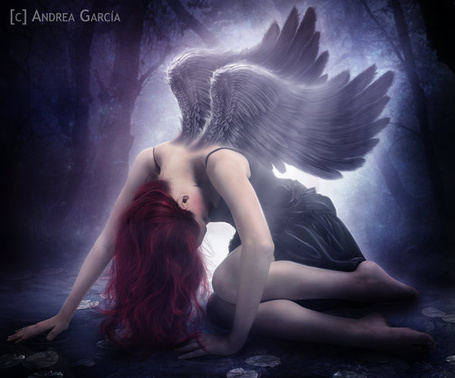 Фото Ангел склонила голову, сидя на водной глади, художник Andrea Garcia