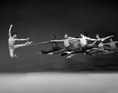 Фото Танцоры из Американского театра балета со шпагами в руках, фотограф John Andresen
