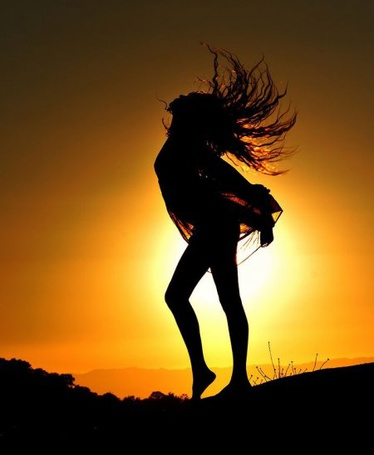Фото Силуэт танцующей девушки на фоне заката