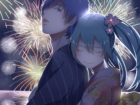 Фото Vocaloid Hatsune Miku / Вокалоиды Хатсуне Мику и Shion Kaito / Шион Кайто стоят в обнимку на фоне ночного неба в котором взрываются фейерверки