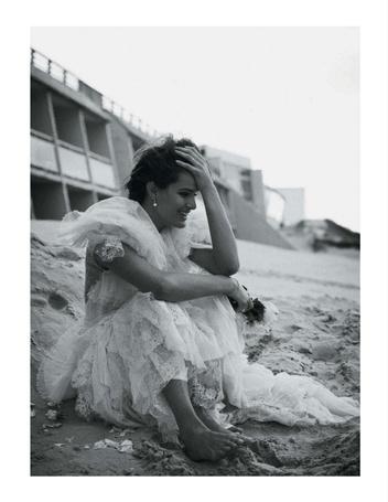 Фото Невеста рыдает, сидя на песке в подвенечном платье. Фотомодель Изабели Фонтана / Isabeli Fontana