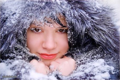 Фото Девушка в пушистой меховой шапке, засыпанной снегом, фотограф Павел Спивак (© SK), добавлено: 25.09.2013 13:35