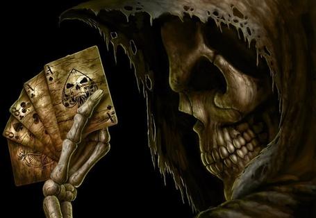 Фото Смерть держит в костлявой руке игральные карты (© Julia_0506), добавлено: 29.09.2013 12:08