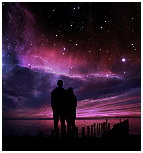Фото Мужчина и девушка, стоя на пирсе, смотрят на космическое небо
