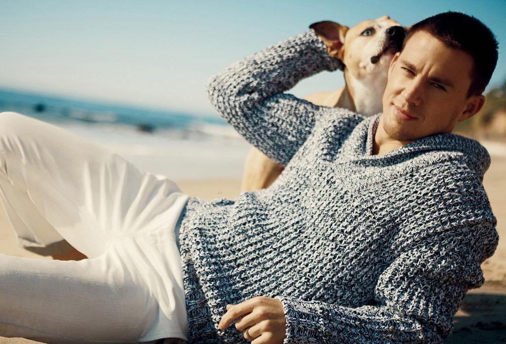 Фото Ченнинг Татум / Channing Tatum обнимает свою собаку, золотистого ретривера, лежа на песке на пляже