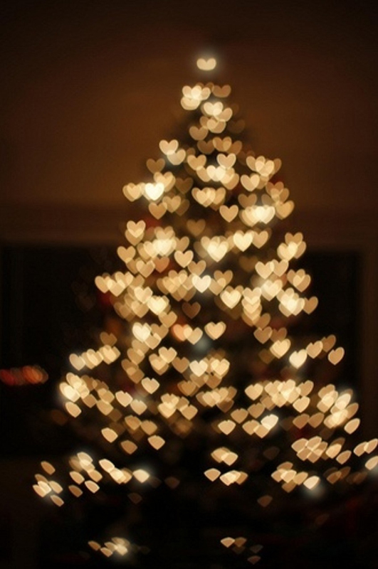 Фото Новогодняя елка, украшенная гирляндой в форме сердечек: http://photo.99px.ru/photos/125461/