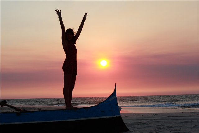 женщина на берегу моря лодки