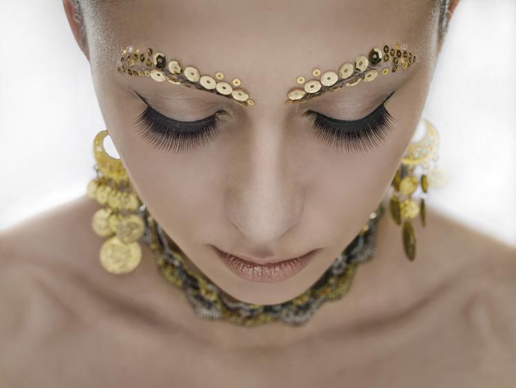 Фото Красивая девушка в золотых украшениях: http://photo.99px.ru/photos/126636/