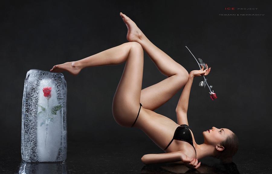 Фото Девушка в черном нижнем белье оригинально лежит на полу с розой в руке, нога ее лежит на ледяном куске с розой внутри, фотограф Дмитрий Тейман