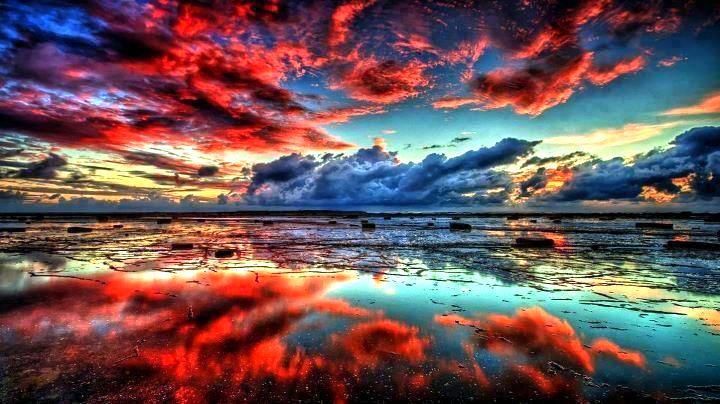 Фото сине красное небо над морем